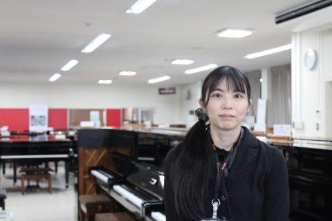 スタッフ写真ピアノ松岡