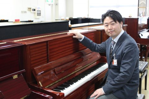 スタッフ写真ピアノ中堀
