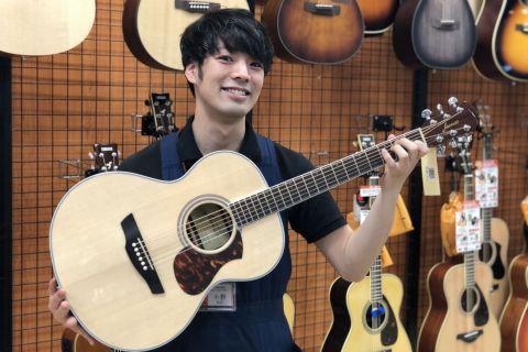 スタッフ写真アコースティックギター・クラシックギター・ウクレレ 担当小野