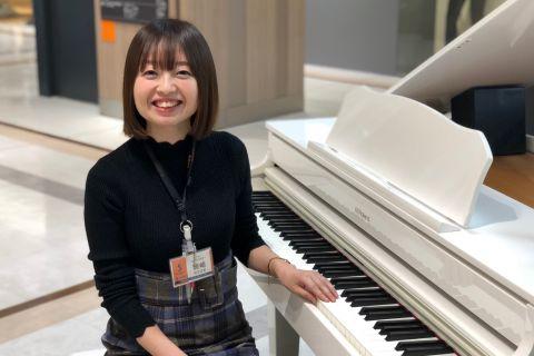 スタッフ写真ピアノ・保育士ピアノ・ソルフェージュインストラクター岡崎