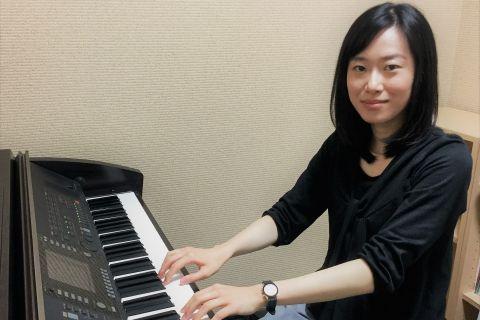 スタッフ写真ピアノインストラクター菅原