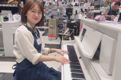スタッフ写真電子ピアノ岡本