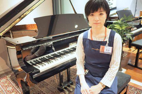 スタッフ写真副店長・アコースティックピアノ宮崎