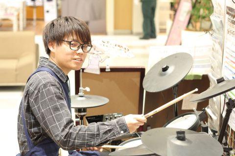 スタッフ写真ドラム山田