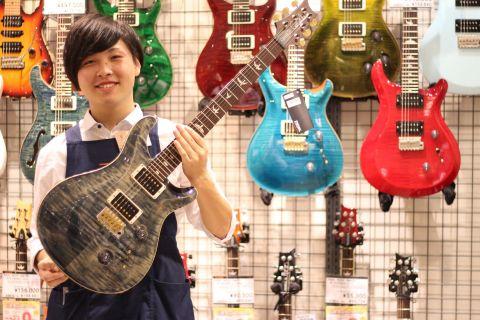 スタッフ写真ギター長坂