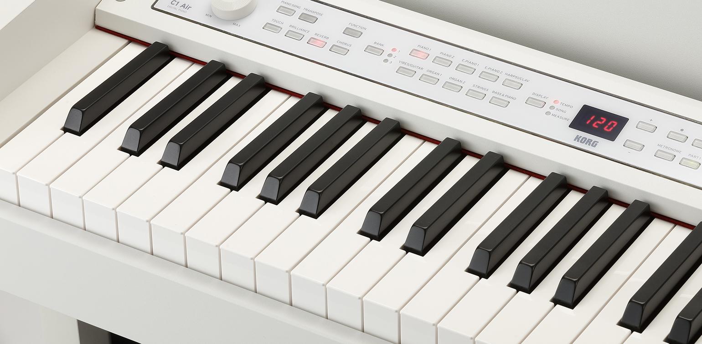 ジャーマン・グランド・ピアノ音色はもちろん、クラシックからジャズ、ポップスまで幅広いジャンルに対応するジャパニーズ・グランド・ピアノ、代表的なエレクトリック・ピアノ音色や、オルガン、クラビ、さらにビブラフォン、アコースティック・ギター、ストリングスまで、表現力豊かな高品質な音色を計30種類内蔵。またこの中には、左手側はベース、右手側がピアノの音を組み合わせた音色も用意しました。そしてブリリアンス、リバーブ、コーラスという3つの高品位なエフェクトを搭載。内蔵音色にはそれぞれ最適なエフェクトがあらかじめプリセットされているので、音色を選べばすぐに最高の音で気持ちよく演奏に専念できます。