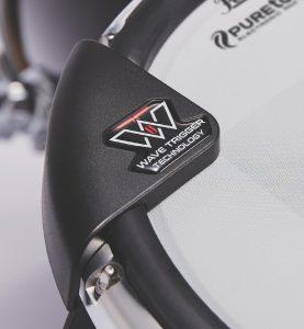 WAVEDRUMから生まれた技術はWAVEトリガー・テクノロジーとして研ぎ澄まされ、どんなに高速でダイナミックなプレイも可能に。スティックの違いによる音色の変化さえ表現するため、全てのドラマーが誰一人として同じ音を出すことはありません。
