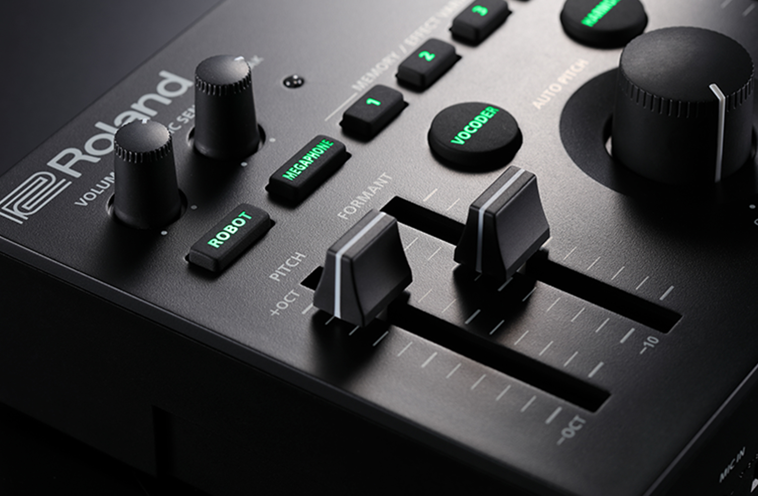 思い描いた声に 従来、ピッチ・エフェクトやフォルマント・エフェクトで声を高品質に加工処理するには、PC なしには実現が難しいものがありました。加えてリアルタイムに加工しようとするとレイテンシーに悩まされたり、不快な音が発生してしまったり、といった問題に直面します。ボイス専用のエフェクト・プロセッサーとして開発されたVT-4は高品質かつリアルタイムの音声加工に最適です。トップパネルのピッチ/フォルマント専用スライダーで瞬時に操作、リアルタイムに音に反映されるので煩わしい問題に悩まされることはありません。太くたくましい声や子供の様なかわいらしい声、恐ろしい声など、あなたの思い描いた声へ変貌します。