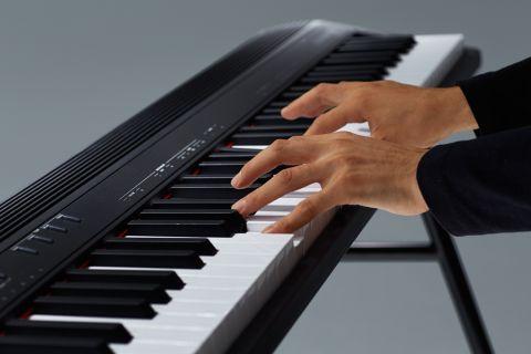 88鍵盤ピアノを持ち運び!ライブにも 「GO:PIANO88」は、88 鍵でクラス最軽量を実現したキーボードです。 スピーカーが本体に内蔵されていながら重さ 7.0kg と軽量で、一般的なアコースティック・ピアノと同じ鍵盤数を外出先で演奏したい方に適しています。同社から発売されている76鍵盤の「JUNO-DS76」が 6.9kg なので、とても可搬性に優れていることがわかります。 また、電池駆動にも対応しており、路上ライブなど電源の確保が難しい場合でも演奏することができます。