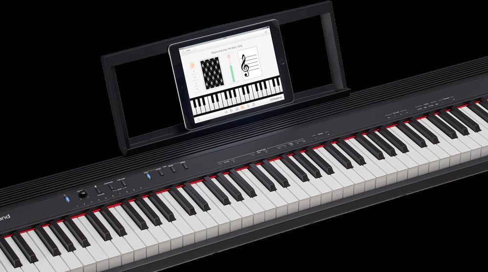 YouTube動画と一緒に 「GO:PIANO88」には、iPhoneなどのスマートフォンやタブレットと無線で繋ぐ Bluetooth 機能が搭載されています。 ワイヤレス(ケーブルなし)で、携帯デバイスに入っている音楽や動画の音を本体のスピーカーから再生することが可能。YouTubeなどの動画と一緒に練習やセッションがおこなえます。  また、無料アプリ「Piano Partner 2」にも対応。内蔵曲の譜面をタブレットに表示したり、音あてゲームで楽しく音感を身に付けたりと、ピアノ演奏を飽きずによりいっそう楽しむことができます。