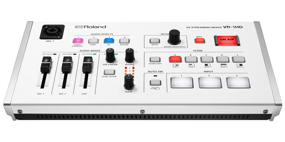 Roland ( ローランド ) からUSB接続のコンパクトなオールインワンAVミキサー「VR-1HD」が発表されました。  ビデオミキサーシリーズ「V-02HD」にほどなく発表された本製品は、ビデオ・スイッチャーとオーディオ・ミキサーが組み合わさったVRシリーズのエントリーモデルです。 映像と音声をシンプルな操作で配信することが可能で、音楽ライブやトーク番組、イベント、ネット会議、塾やスクールなどインターネットを使ったWEB・オンライン学習のシステムといった法人用途のほか、ご自宅やスタジオで生放送する個人ユースとしてもご使用いただけるモデルです。