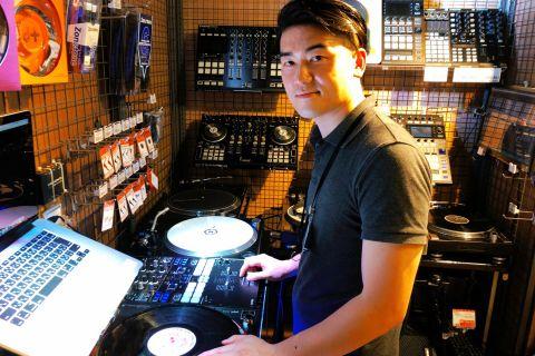 スタッフ写真DJ機器/ヘッドホン・イヤホン・スピーカー西岡