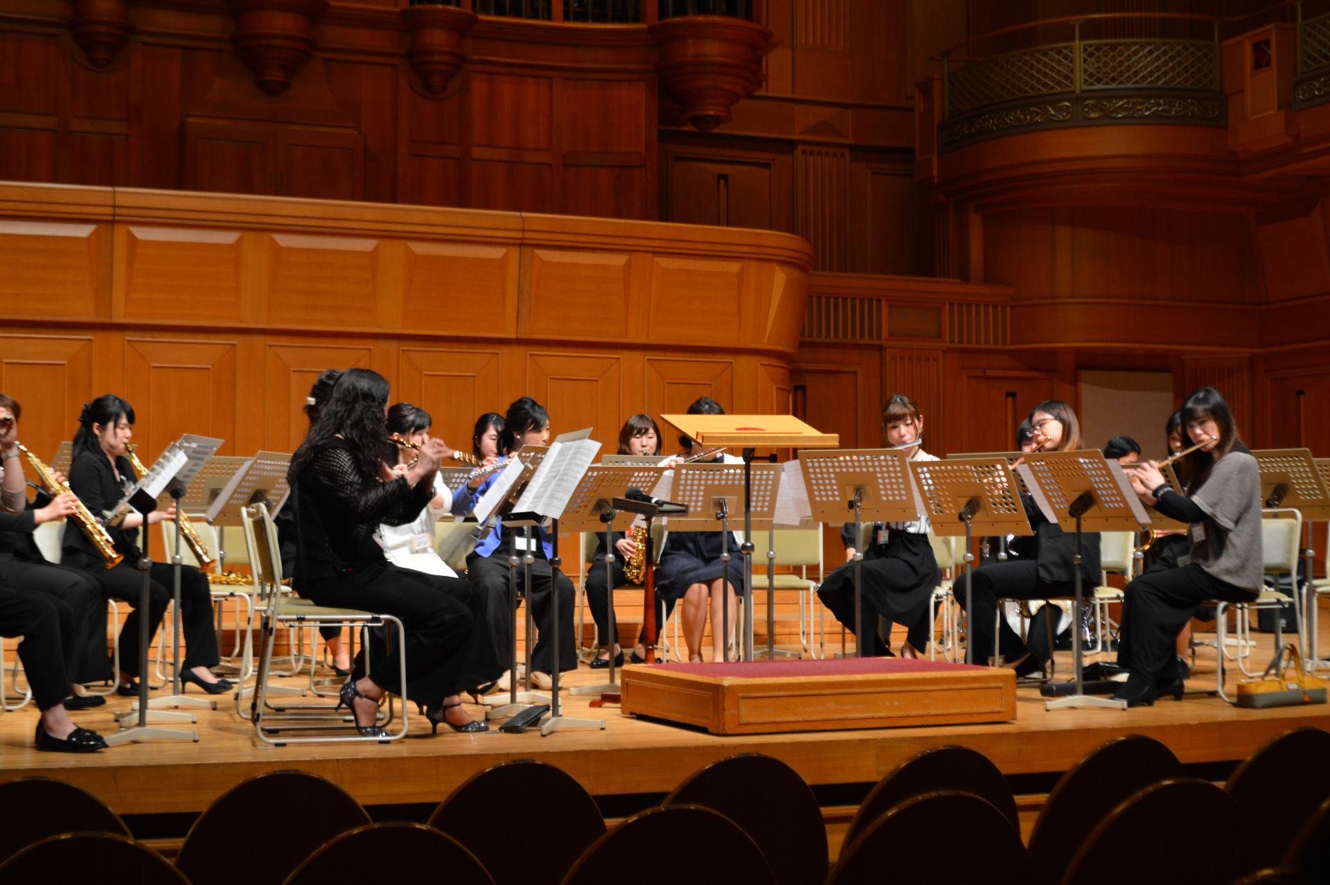 管楽器・弦楽器の団体での演奏