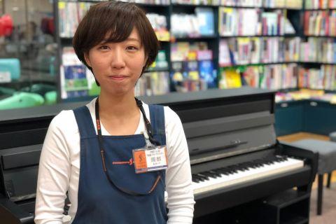 スタッフ写真ピアノ/キーボード/管楽器/弦楽器/ウクレレ/管楽器アクセサリー/弦楽器アクセサリー岡部
