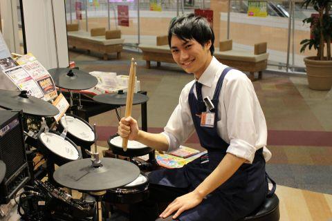 スタッフ写真ドラム関連担当岩佐