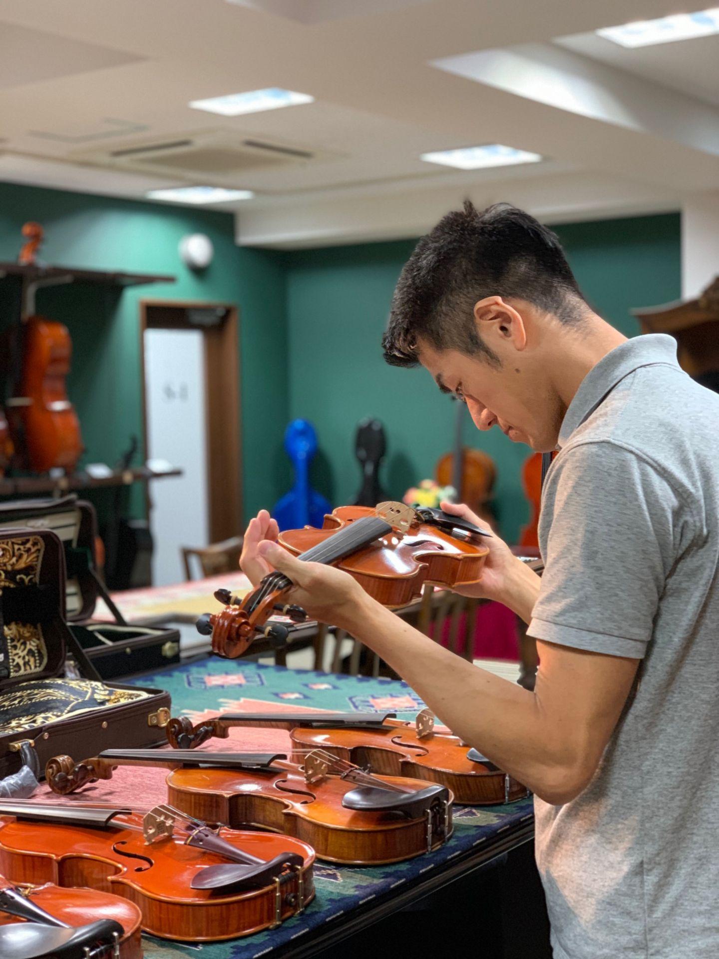 秋葉原の工房にて、欧州買付バイオリンを選定してきました